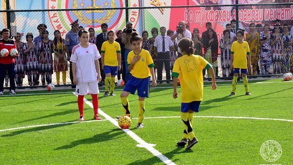 Рустам Эмомали открыл новые поля для мини-футбола в Курган-Тюбе и Дангаре - Sputnik Таджикистан