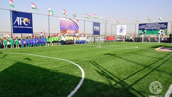 Рустам Эмомали открыл новые поля для мини-футбола в Курган-Тюбе и Дангаре - Sputnik Тоҷикистон