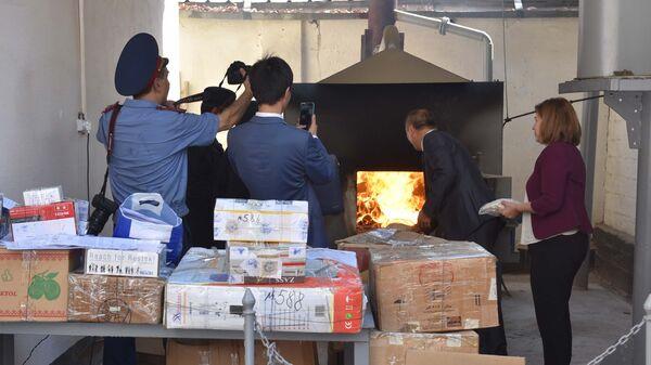 Церемония сжигания наркотиков в Таджикистане - Sputnik Тоҷикистон