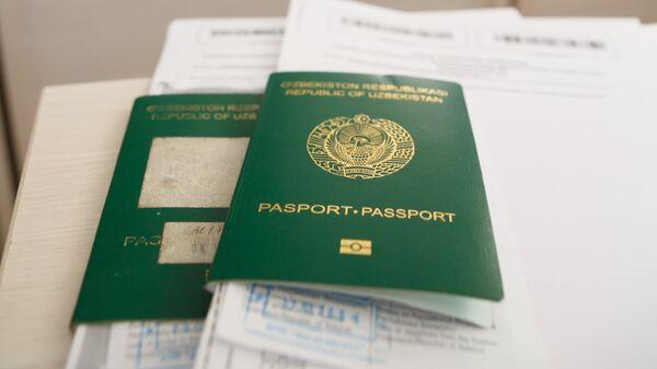 Паспорт гражданина Узбекистана, архивное фото - Sputnik Тоҷикистон
