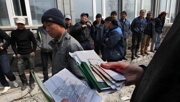 Проверка документов у мигрантов, архивное фото - Sputnik Таджикистан