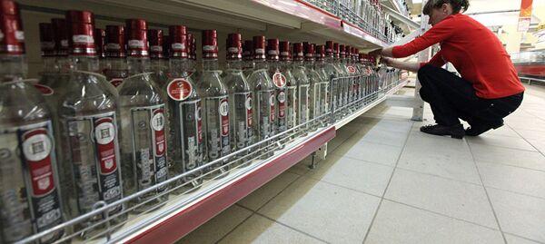 Бутылки с водкой на полке магазина, архивное фото - Sputnik Таджикистан