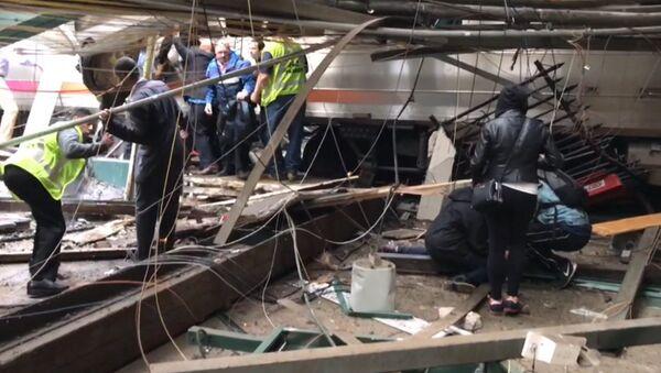Поезд врезался в платформу в Нью-Джерси. Кадры с места ЧП - Sputnik Тоҷикистон