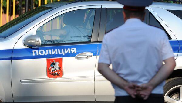 Полицейский автомобиль и сотрудник полиции, архивное фото - Sputnik Таджикистан