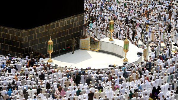 Паломники становятся на молитву вокруг Каабы в мечети Масджид аль-Харам в Мекке, архивное фото - Sputnik Тоҷикистон