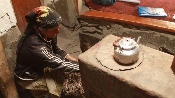 Жительница Бартангской долины (Памир) у домашнего очага - Sputnik Таджикистан