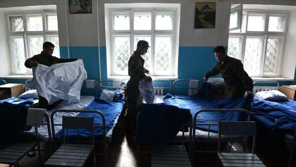 Военнослужащие запаса заправляют свои кровати в казарме, архивное фото - Sputnik Тоҷикистон