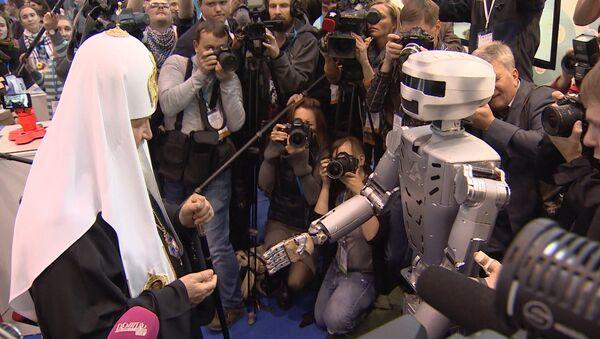 Робот Федор протянул руку Патриарху Кириллу на выставке православного форума - Sputnik Таджикистан