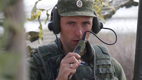 Российский военнослужащий выходит на связь на командном пункте во время военных учений, архивное фото - Sputnik Таджикистан