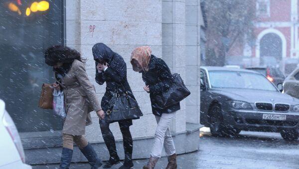 Шквальный ветер и снег в Москве, архивное фото - Sputnik Таджикистан