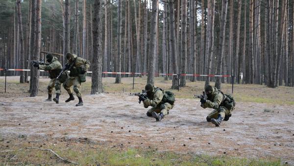 Приемы ближнего боя и штурм здания на тренировке спецназа в Псковской области - Sputnik Таджикистан