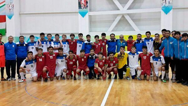 После матча между молодежными сборными Таджикистана и Кыргызстана по футзалу - Sputnik Таджикистан