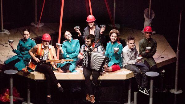 Мюзикл о мигрантах и УФМС на сцене московского Центра им. Вс. Мейерхольда - Sputnik Таджикистан