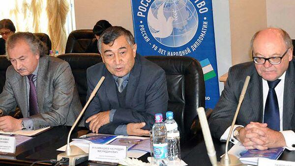 Директор Республиканского интернационального культурного центра в Узбекистане Насриддин Мухаммадиев (в центре) - Sputnik Таджикистан