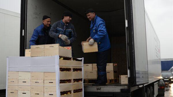 Рабочие грузят товар в фуру, архивное фото - Sputnik Таджикистан