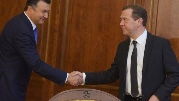 Дмитрий Медведев и Кохир Расулзода (слева) перед началом встречи глав делегаций государств - членов ШОС - Sputnik Тоҷикистон