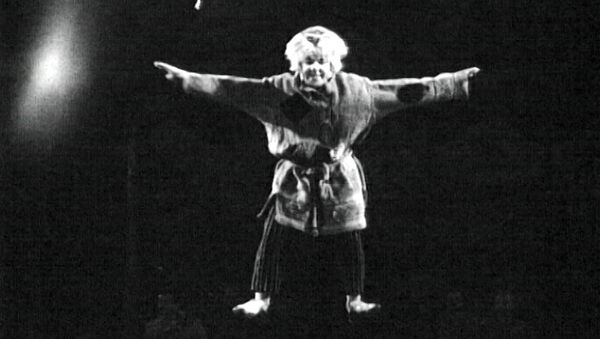 Клоун Олег Попов в сценке «Сон на проволоке». Съемки 1960-х годов. - Sputnik Таджикистан