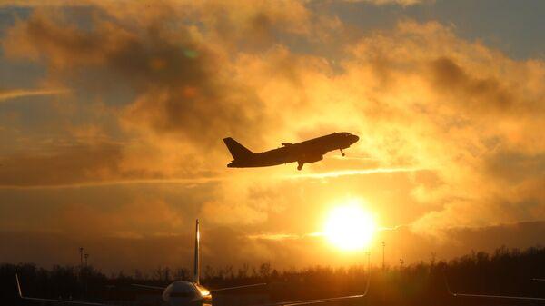 Самолеты на взлетно-посадочной полосе, архивное фото - Sputnik Таджикистан