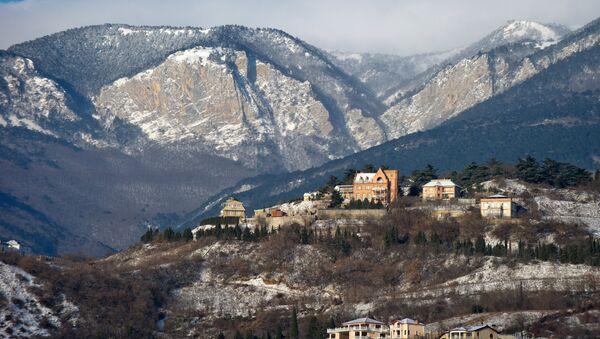 Заснеженные горы в Крыму, архивное фото - Sputnik Таджикистан