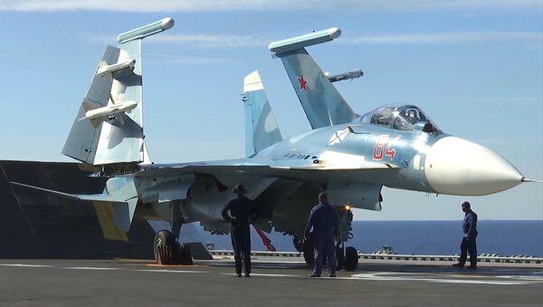 Истребитель Су-33 на палубе тяжёлого авианесущего крейсера Адмирал Флота Советского Союза Кузнецов - Sputnik Таджикистан
