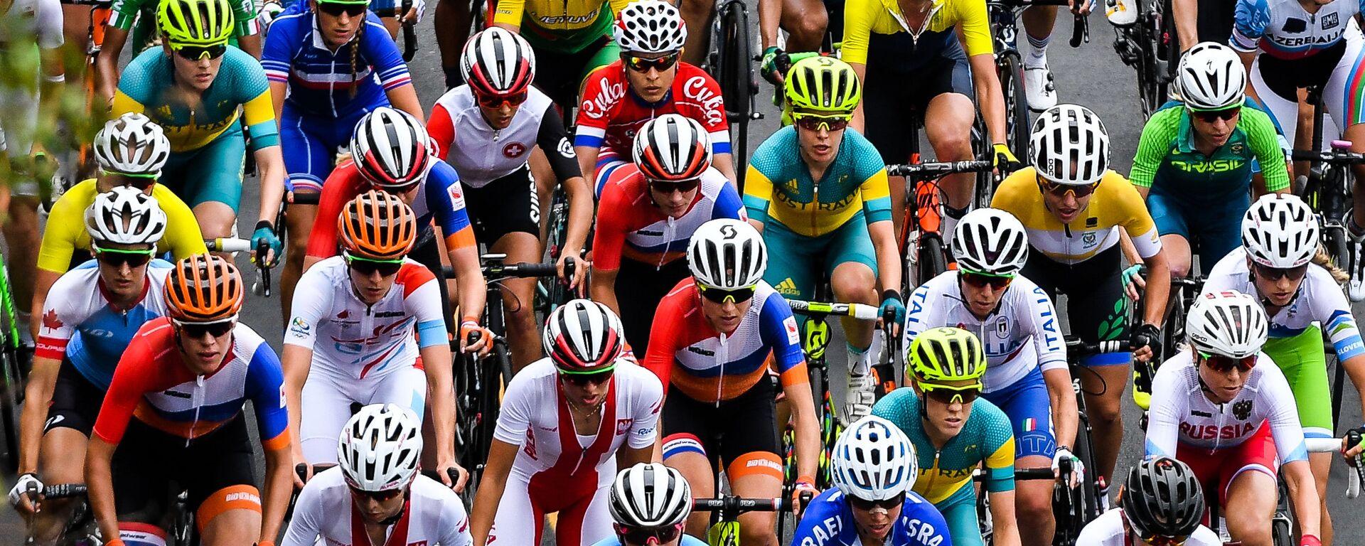Спортсменки в групповой гонке на соревнованиях по шоссейному велоспорту среди женщин на XXXI летних Олимпийских играх - Sputnik Таджикистан, 1920, 24.11.2020