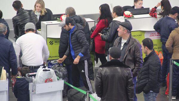 Очередь к стойке регистрации в аэропорту Жуковский - Sputnik Таджикистан