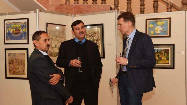 Дуст Азизов (слева) и Бахтиёр Одинаев (в центре) на совместной выставке в Душанбе - Sputnik Таджикистан