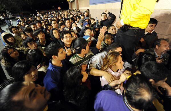 Толпа людей в ожидании открытия магазина с огромными скидками в Черную пятницу - Sputnik Таджикистан