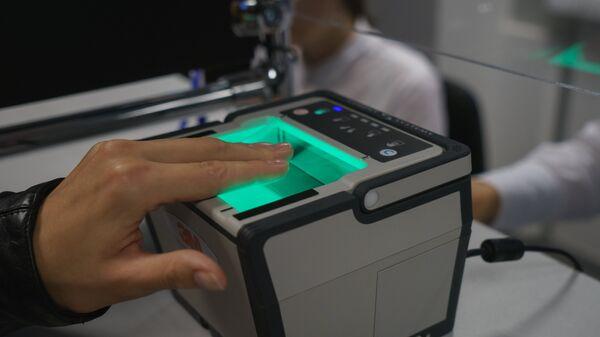 Процедура снятия биометрических данных в визовом центре, архивное фото - Sputnik Тоҷикистон