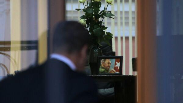 Москвичи несут цветы к посольству Кубы в Москве в память о Фиделе Кастро - Sputnik Таджикистан