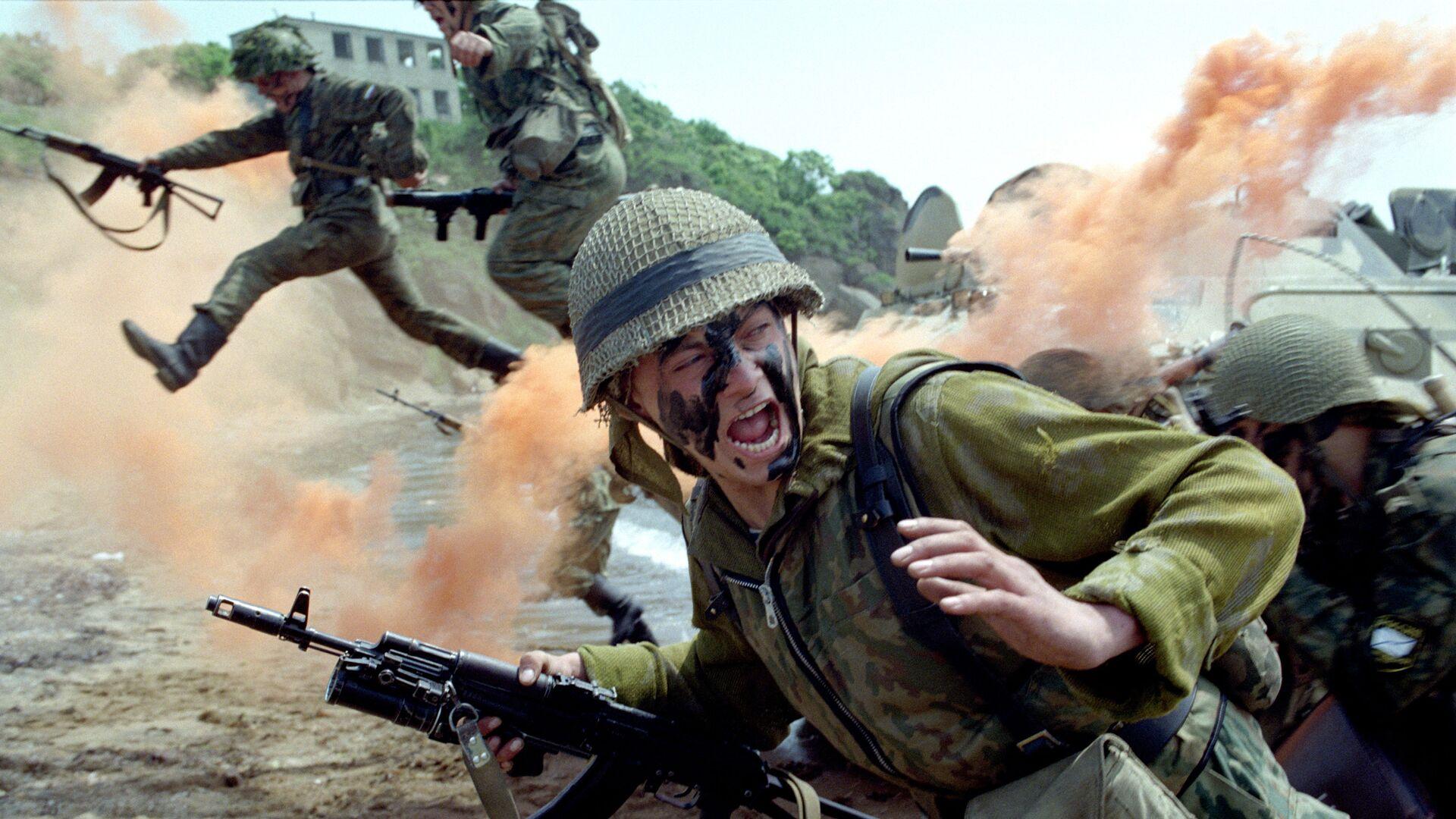 Солдаты морская пехота в атаке - Sputnik Таджикистан, 1920, 30.09.2021