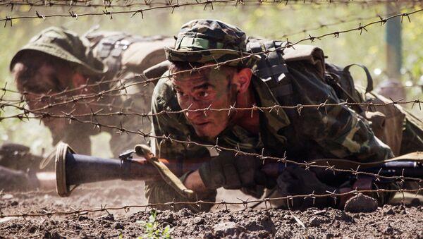 Солдаты во время прохождения полосы препятствий, архивное фото - Sputnik Таджикистан
