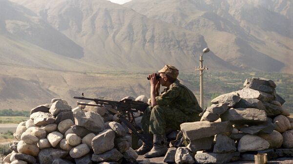 Солдат вооруженных сил Таджикистана на границе с Афганистаном, архивное фото - Sputnik Тоҷикистон