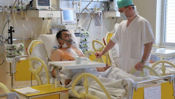 Врач проводит осмотр пациента, архивное фото - Sputnik Тоҷикистон