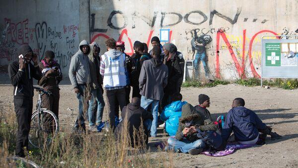 Беженцы в лагере Джунгли в Кале во Франции, архивное фото - Sputnik Таджикистан