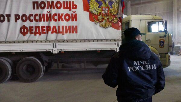 Сотрудник МЧС России во время разгрузки машин с гуманитарной помощью, архивное фото - Sputnik Тоҷикистон