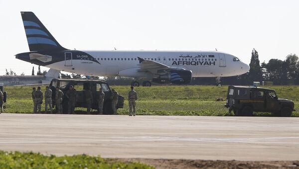Захваченный ливийский самолет в аэропорту Мальты - Sputnik Таджикистан