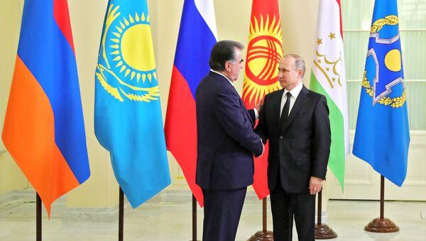 Президент РФ В. Путин принимает участие в заседании ВЕЭС и сессии Совета коллективной безопасности ОДКБ в Санкт-Петербурге - Sputnik Таджикистан