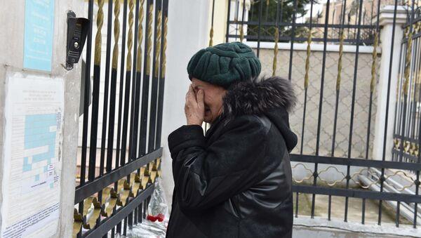 Жители Душанбе несут цветы к посольству РФ - Sputnik Таджикистан
