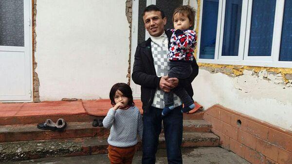 Машрапов со своей семьей - Sputnik Таджикистан