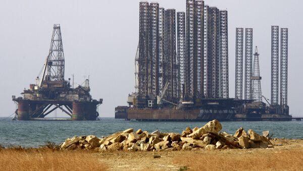 Нефтяные платформы в Каспийском море, архивное фото - Sputnik Таджикистан