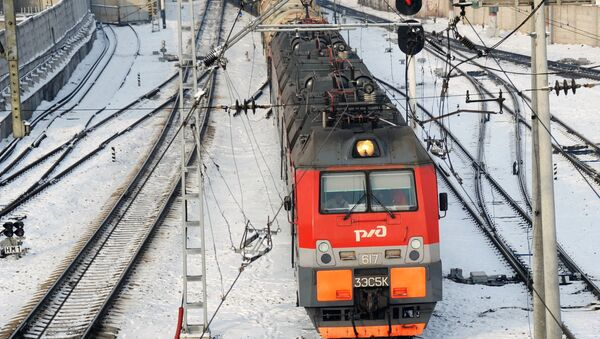 Электровоз на железнодорожной станции, архивное фото - Sputnik Таджикистан