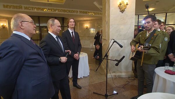 Путин вместе со студентом МГУ спел песню про космос - Sputnik Таджикистан