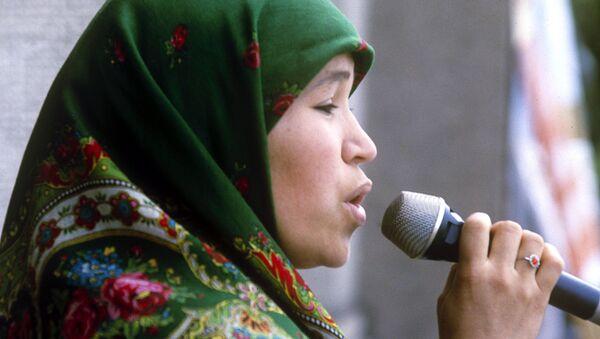 Таджикская женщина во время выступления на митинге, площадь Шахидон - Sputnik Таджикистан