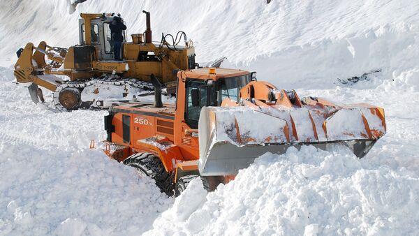 Расчистка дороги от снежных завалов, архивное фото - Sputnik Таджикистан