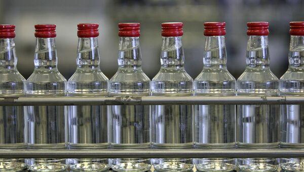 Бутылки с водкой, архивное фото - Sputnik Тоҷикистон
