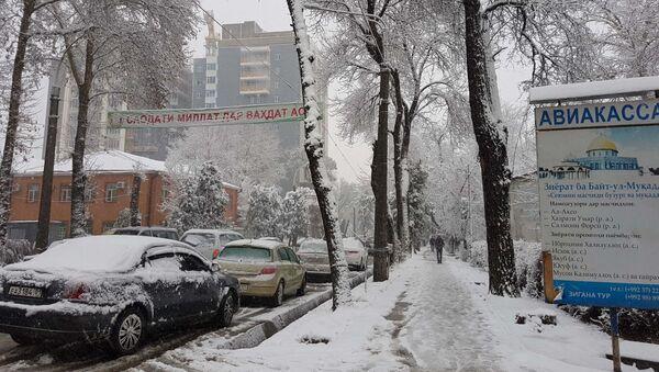 Выпавший снег стал причиной серьезных пробок в Душанбе - Sputnik Тоҷикистон