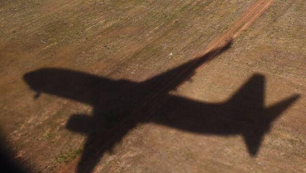 Тень летящего самолета, архивное фото - Sputnik Тоҷикистон
