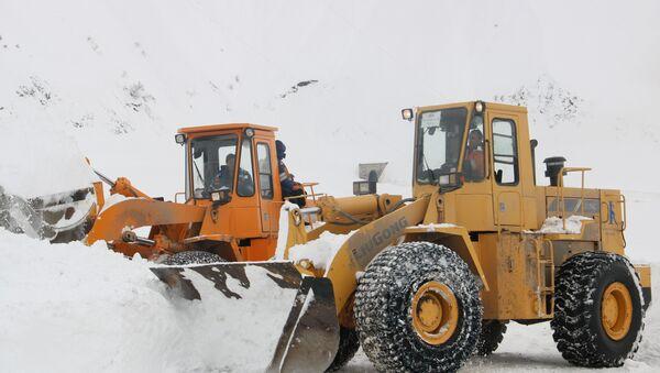 Дорожная техника ликвидирует последствия схода снежной лавины в Таджикистане - Sputnik Тоҷикистон