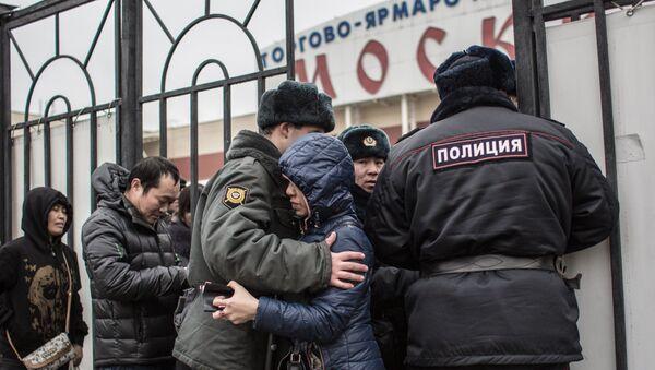 Полиция проводит проверку миграционного законодательства в ТЦ Москва в Люблино - Sputnik Тоҷикистон